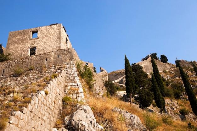 Ruïnes van een oud stadsfort kotor. montenegro