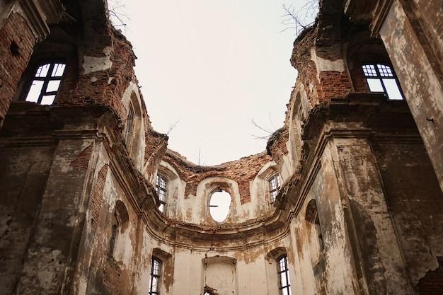 Ruïnes van een oude geruïneerde kerk
