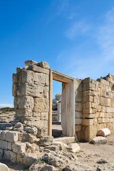 Ruïnes van een oude griekse tempel tegen de achtergrond van de vladimir kathedraal in chersonesos