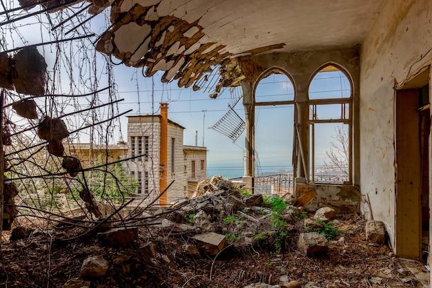 Ruïnes van een vervallen herenhuis in libanon na de oorlog