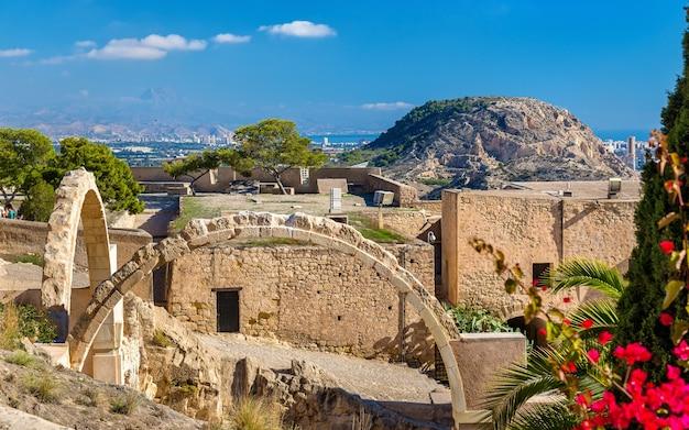 Ruïnes van gebogen poorten bij het kasteel van santa barbara in alicante, spanje