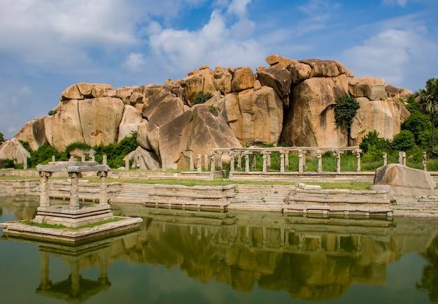 Ruïnes van hampi, oude hoofdstad van het vijayanagar-rijk en zijn prachtige natuur en tempels, in hampi, karnataka, india