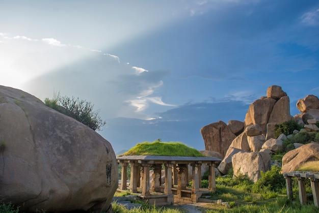 Ruïnes van hampi, oude hoofdstad van het vijayanagar-rijk en zijn prachtige natuur en tempels