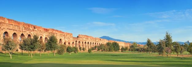 Ruïnes van het oude aquaduct op appia way in rome, italië