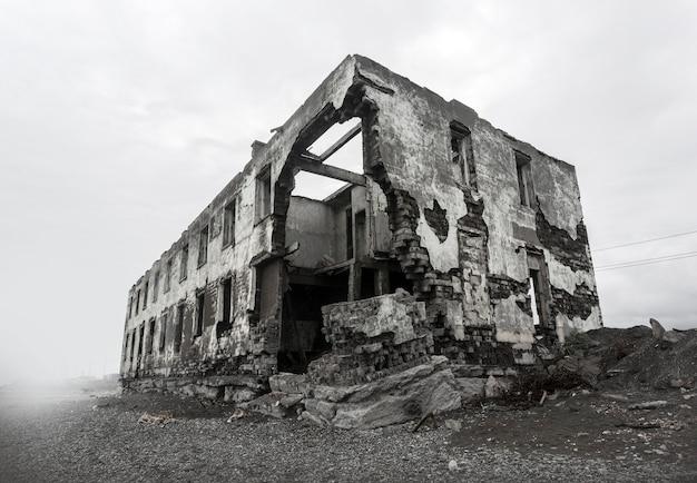 Ruïnes van het verwoeste huis. hotspots op de planeet.