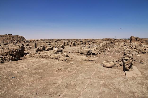 Ruïnes van oude egyptische tempel op sai-eiland, nubia, soedan
