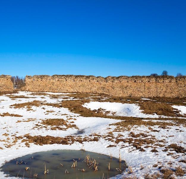 Ruïnes, wit-rusland de ruïnes van de oude wallen van het kasteel, gelegen in het dorp krevo