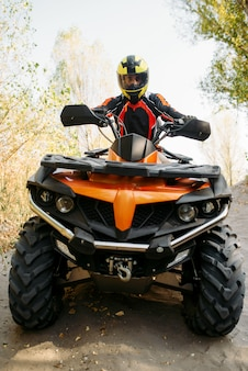 Ruiter in helm op quad bike, vooraanzicht, close-up