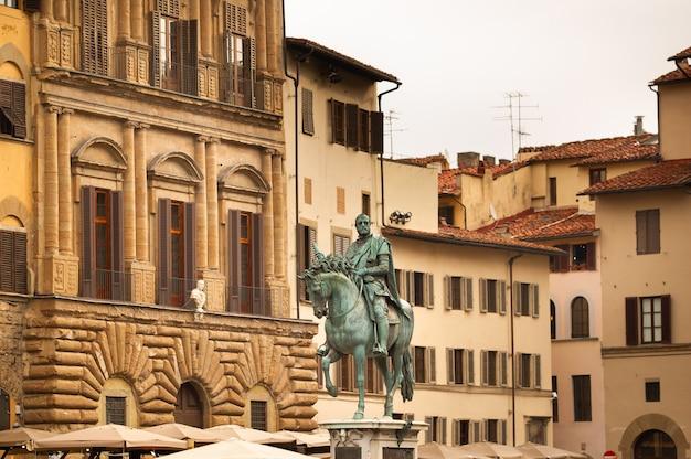 Ruitermonument voor cosimo i op de piazza della signoria. florence, italië.
