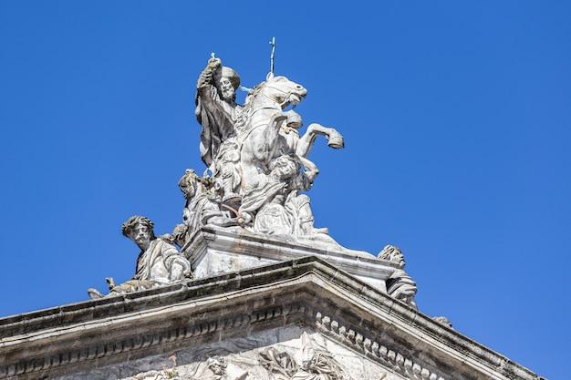 Ruiterstandbeeld van santiago de apostel santiago op paard