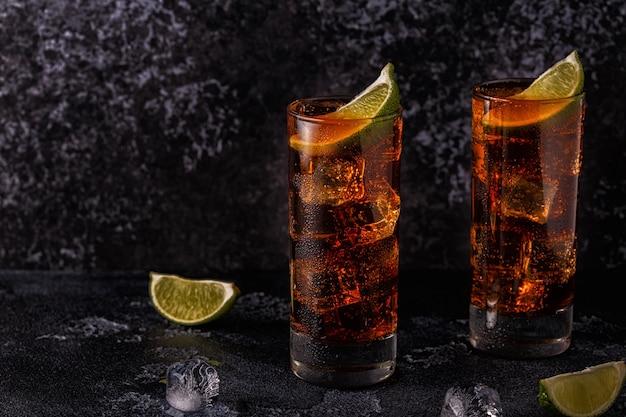 Rum cola cuba libre met limoen en ijs