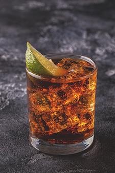 Rum en cola cuba libre met limoen en ijs