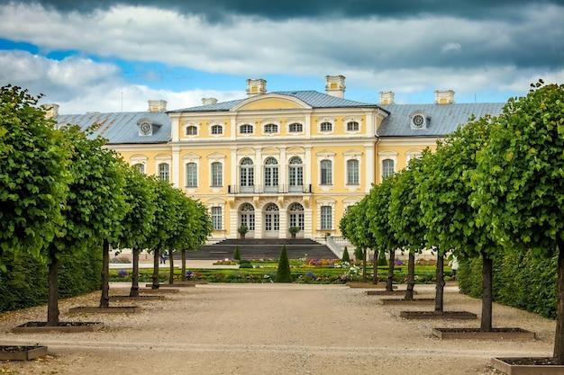 Rundale paleis gebouwd in barokke stijl in pilsrundale, letland