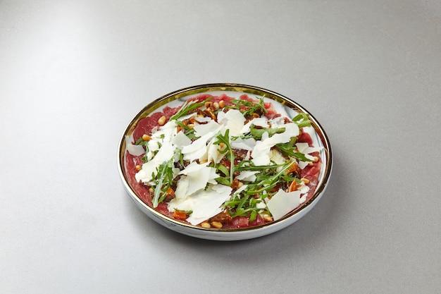 Rundercarpaccio met rucola en parmezaanse kaas