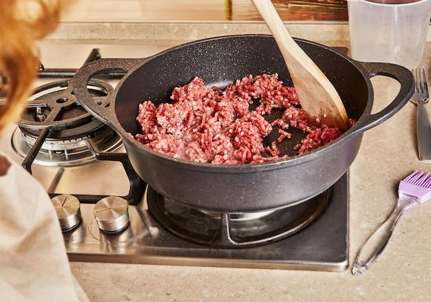 Rundergehakt wordt gebakken in spaghetti bolognese pan volgens recept van internet.