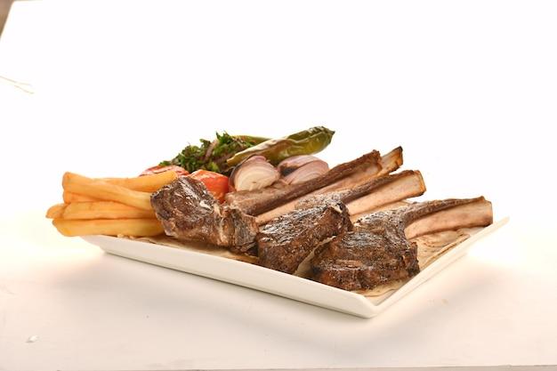 Runderkotelet steak geïsoleerd op witte achtergrond
