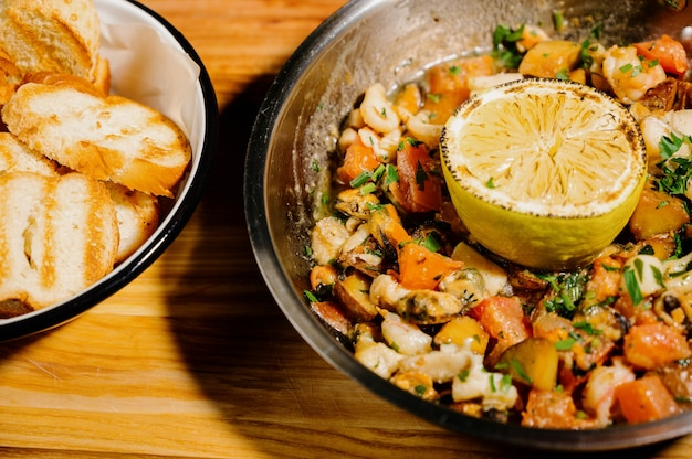 Runderstoofpot, goulash in gietijzeren pan.