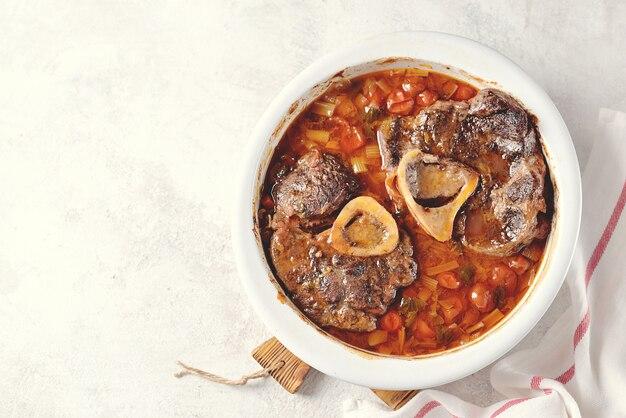 Runderstoofpot met uien, wortels, selderij, tomaten en tijm