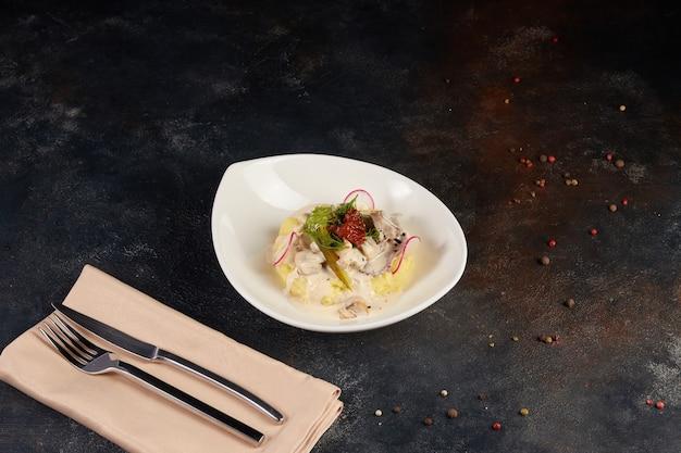 Runderstroganoff met aardappelpuree met geroosterde knoflook en gebakken uitjes