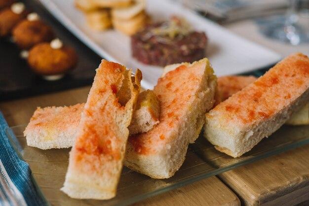 Rundertartaar gemarineerd met kruiden en geserveerd met toast