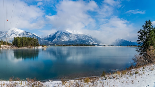 Rundle forebay reservoir in zonnige winterdag. canmore, alberta, canada.