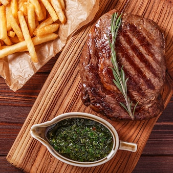 Rundvlees barbecue ribeye steak met chimichurri saus en frietjes