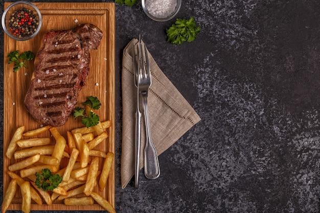 Rundvlees barbecue steak met frietjes