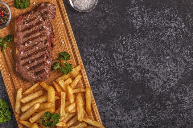Rundvlees barbecue steak met frietjes