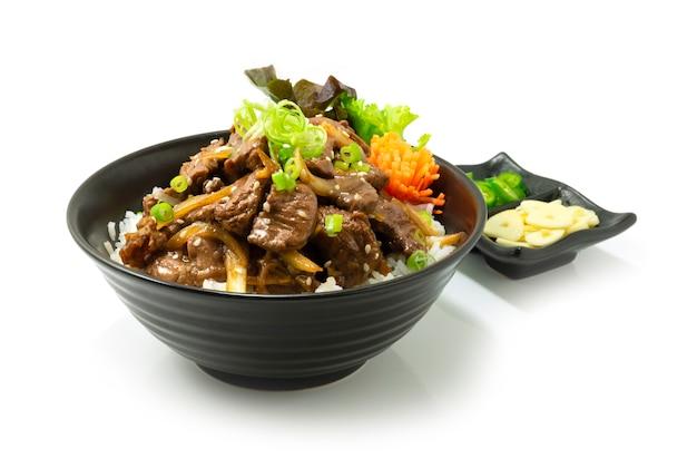 Rundvlees bbq bulgogi koreaans eten roergebakken bovenop rijstrecept geserveerd op stijl chili en knoflook versieren groenten zijaanzicht