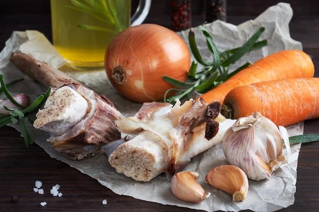 Rundvlees en plantaardige ingrediënten voor het koken van bouillon.
