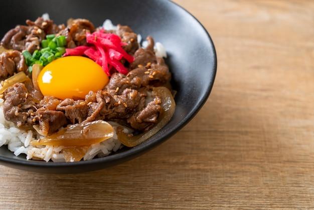 Rundvlees gesneden op rijst (gyuu-don)
