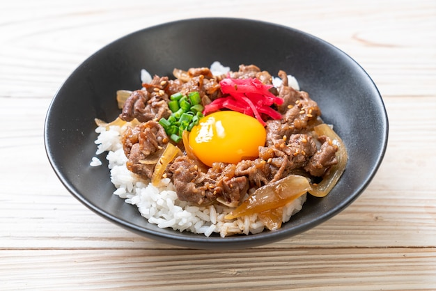 Rundvlees gesneden op rijst met ei (gyuu-don) - japans eten