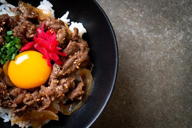Rundvlees gesneden op rijst met ei (gyuu-don). japanse eetstijl