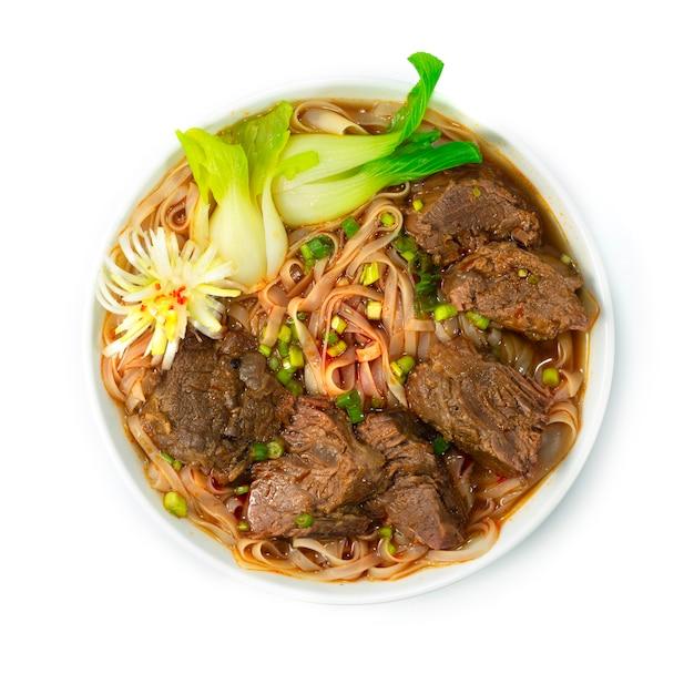 Rundvlees gestoofde noedelsoep taiwanese stijldecoratie met groente bovenaanzicht