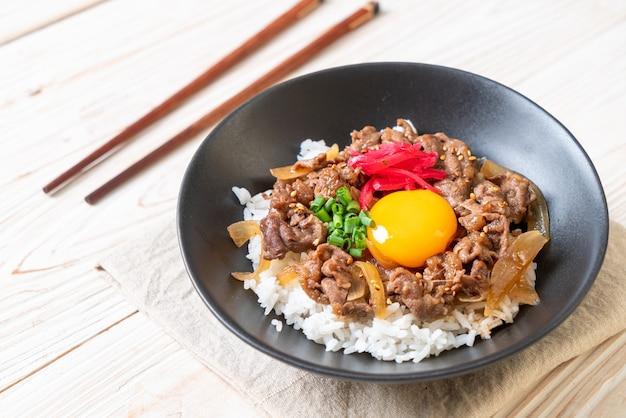 Rundvlees in plakjes gesneden op rijst (gyuu-don)