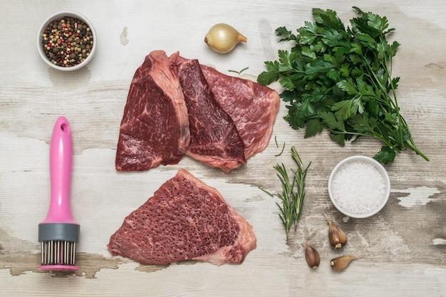 Rundvlees koken met een speciaal apparaat om door te prikken. vleesschotel.