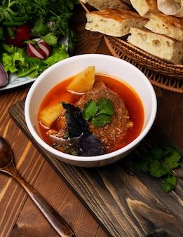 Rundvlees, lamsstoofpot, bosbash-soep met aardappelen, basilicum en peterselie in tomatensaus.