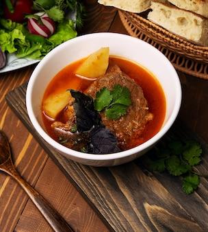 Rundvlees, lamsstoofpot, bosbash soep met aardappelen, basilicum en peterselie in tomatensaus.