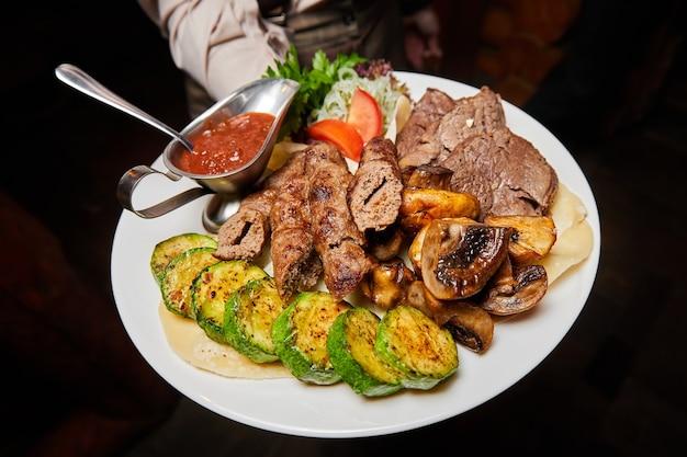 Rundvlees lula kebab en shish kebab met gegrilde groenten