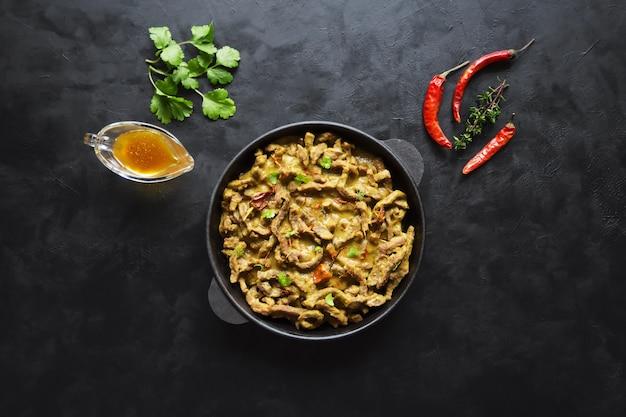 Rundvlees masala curry. kerala-achtige vleescurry. bovenaanzicht.