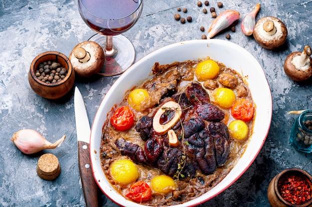 Rundvlees met aardappels in champignonsaus
