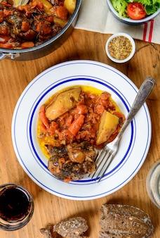 Rundvlees plaat met wortelen op een oude houten tafel