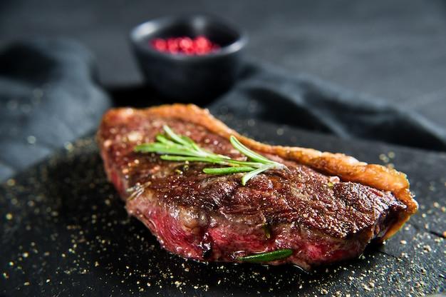 Rundvlees ramp steak met rozemarijn.
