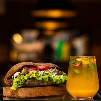 Rundvlees sandwich met sinaasappelsap