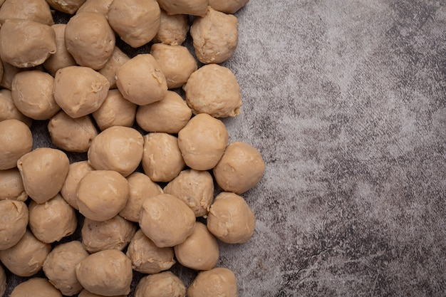 Rundvleesbal gebakken op het donkere houten oppervlak.