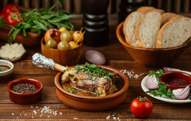 Rundvleesbot gebakken in bouillon in aardewerkkom