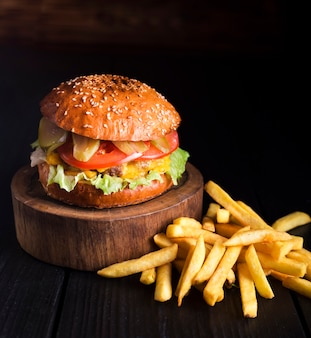 Rundvleeshamburger klaar om met gebraden gerechten worden gediend