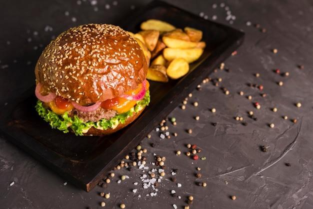 Rundvleeshamburger met frieten op een lijst
