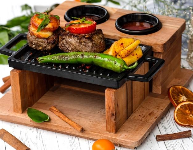 Rundvleeslapjes gegarneerd met tomaat en kaas