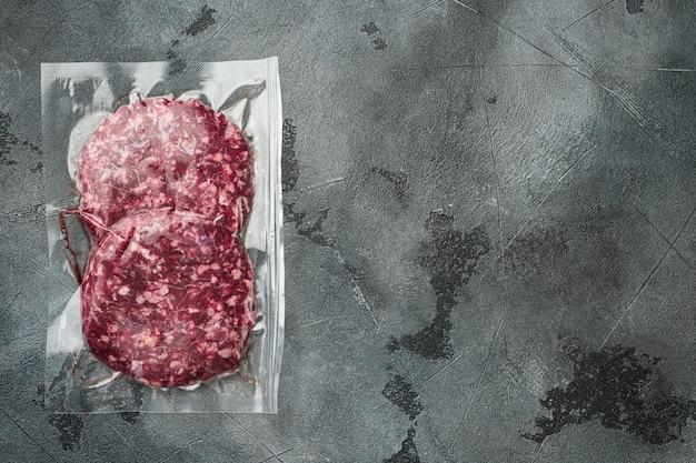 Rundvleespasteitjes in een vacuümverpakking